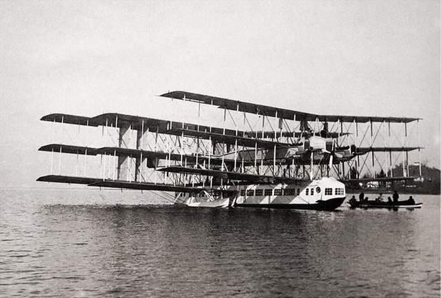 Самолёт имел необычную аэродинамическую схему: девять крыльев были расположены тандемом в трёх пакетах.