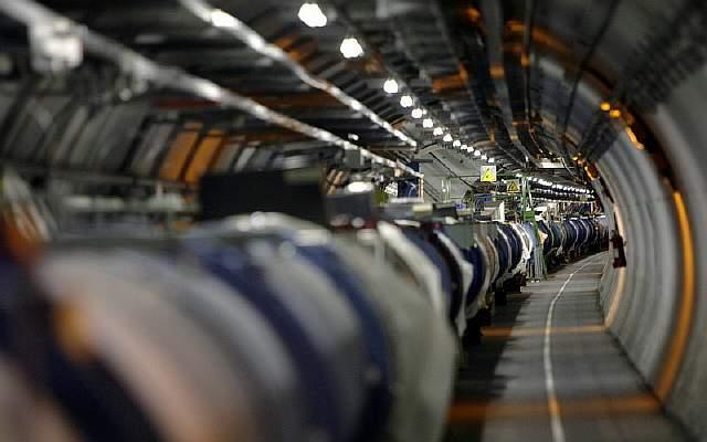 kruhový tunel Európska organizácia pre jadrový výskum CERN logo najväèší urých¾ovaè èastíc LHC simulovaný vesmírny ve¾ký tresk experimentovanie vesmír vznik zaujímavosti fyzika