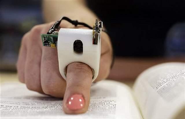 Кольцо читает книги для слепых