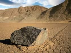 В уважаемом научном журнале PLOS ONE опубликована разгадка тайны движущихся камней из Долины Смерти