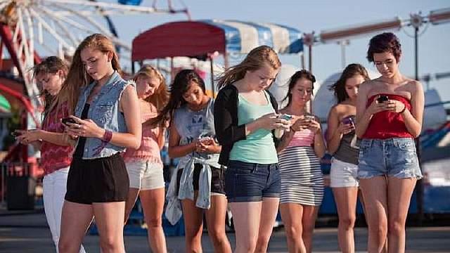 teenagers-on-phones_mod
