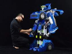 Настоящий Трансформер за несколько секунд превращается из робота в полноценный двухместный автомобиль