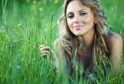 women-grass_00428676