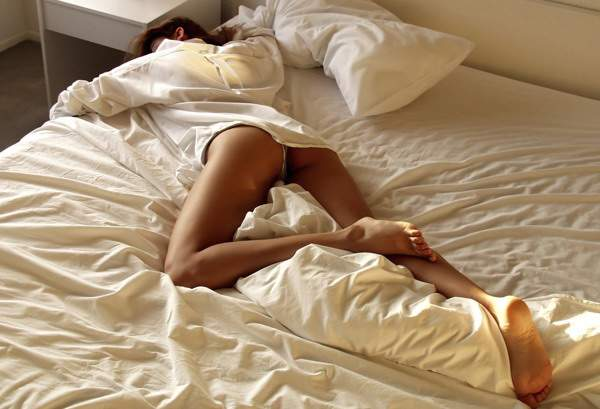 5-sleeping-positions-that-are-simply-dangerous-including-spooning3
