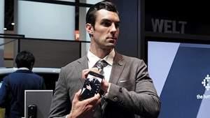Среди невероятных новинок «Samsung» – «умный костюм» и кошелек с солнечной панелью