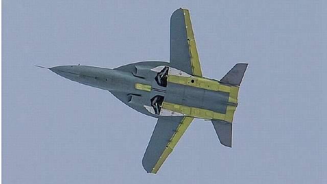 Подпись к изображению: Новый российский реактивный спортивно-пилотажный самолет СР-10 в воздухе