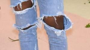 Подпись к изображению: Знаменитый рэпер Канье Уэст пришел на показ мод в Нью-Йоркский «Metropolitan Museum» в разорванных джинсах. Ученые из университета Пенсильвании разработали ткань, способную восстанавливать свою структуру в случае повреждения