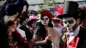 Подпись к изображению: Участники парада «День мёртвых» в Мехико-сити, октябрь 2016 года