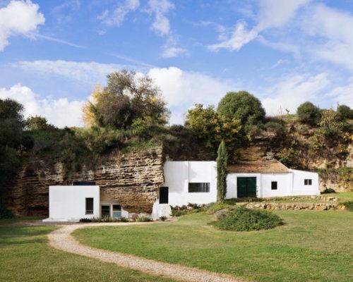 Дом в скале — современный дизайн посреди древних пещер