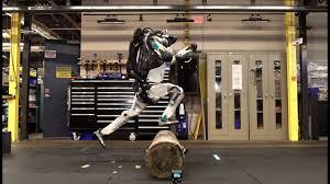 Двуногий робот по имени Atlas компании Boston Dynamics становится мастером паркура